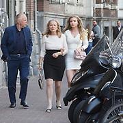 NLD/Amsterdam/20150412 - Inloop premiere The Sunshine Boys, Henk van der Meide met partner Monica en dochter Elisa
