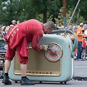 NLD/Leeuwarden/20180818 - De Reuzen van Royal de Luxe trekken door Leeuwarden, Grote oude radio