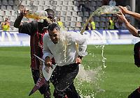 Fotball<br /> Tyskland<br /> Foto: Witters/Digitalsport<br /> NORWAY ONLY<br /> <br /> 24.05.2009<br /> <br /> Bierdusche fuer Traner Robin Dutt von Mohamadou Idrissou<br /> 2. Bundesliga SC Freiburg - 1. FC Kaiserslautern