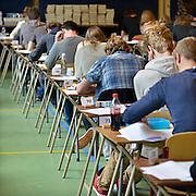 Nederland, Nijmegen, 12-5-2014 Eindexamen Nederlands voor het VWO op het Stedelijk Gymnasium. Het examen is schriftelijk. Ze worden voor de ogen van de leerlingen geopend en vervolgens uitgedeeld. Foto: Flip Franssen/Hollandse Hoogte