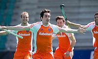 ROTTERDAM - HOCKEY -  ILLUSTRATIE - Vreugde bij aanvoerder Robert van der Horst  voor de oefenwedstrijd tussen de mannen van Nederland en Engeland (2-1) . links Billy Bakker, rechts Valentin verga,  FOTO KOEN SUYK