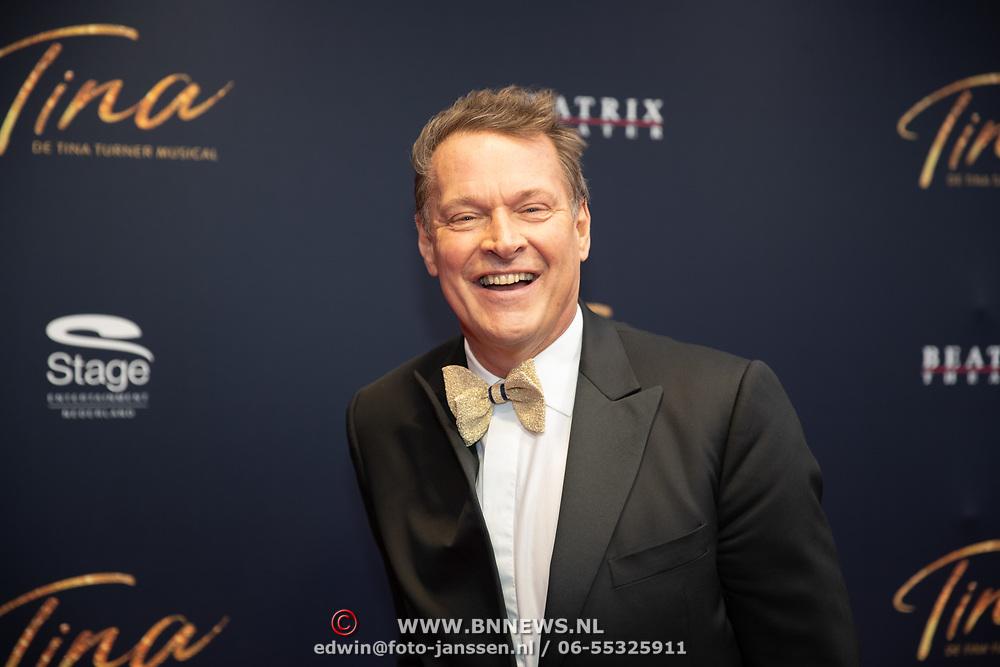 NLD/Utrecht/20200209 - Start inloop Tina Turner musical, Albert Verlinde loopt tegen de wind in op de loper