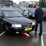 NLD/Rotterdam/20050603 - Premiere Cirque du Soleil Dralion, chauffeur AA auto, ongeval paaltje, schade, ongeluk