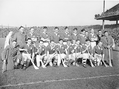 Neg No:.430/6025-6028...17031954IPFCF...17.03.1954..Interprovincial Railway Cup Hurling - Final.Leinsterv. Munster.Munster Team..Leinster.0-9.Munster.0-5.