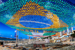 Bandeira do Brasil formada com bandeirinhas durante preparativos para decoração da festa junina no arraial, em Fortaleza. FOTO: Jefferson Bernardes/Preview.com