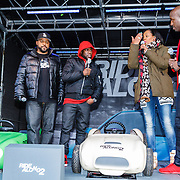 NLD/Amsterdam/20160116 - Photocall en premiere Ride Along 2, Ice Cube en Kevin Hart in een speelgoed auto