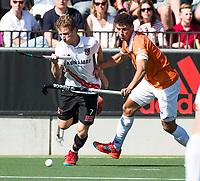 AMSTELVEEN  - Hockey -  1e wedstrijd halve finale Play Offs dames.  Amsterdam-Bloemendaal (5-5), Bl'daal wint na shoot outs.Jan Willem Buissant met Glenn Schuurman (Bldaal) .  COPYRIGHT KOEN SUYK