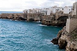 Città di mare su costa rocciosa