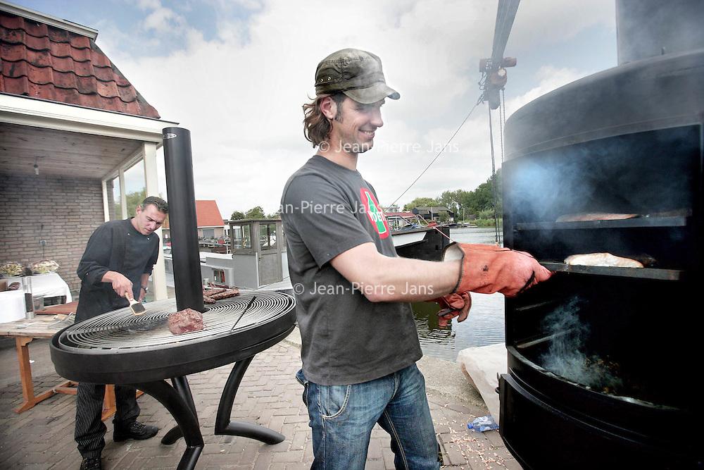 Nederland, Westzaan , 8 augustus 2009..Sjimmie van Iron BBQ.com en zijn rookoven en barbeque op de Kanaaldijk in Westzaan. Foodies en gadget-freaks barbecueën steeds geavanceerder. ..Foto:Jean-Pierre Jans