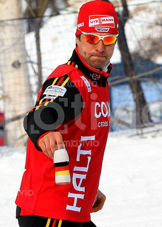 Sapporo , 040307 , Nordische Ski Weltmeisterschaft  Maenner 50km Rennen ,  Axel TEICHMANN (GER) in der Coaching - Zone