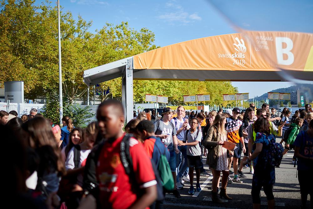 Feature - Schulklassen beim Eingang B am Donnerstag Morgen. © Manu Friederich