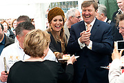 Koning Willem-Alexander en koningin Maxima bezoeken  het festival Lang Leve de Club in Zwolle. Het Nationaal Comite 200 jaar Koninkrijk organiseert het festival om het recht op vrijheid van vereniging en vergadering te vieren. <br /> <br /> King Willem - Alexander and Queen Maxima visit the festival Long Live Club in Zwolle. The National Committee 200 years Kingdom organizes the festival to celebrate the right to freedom of association and assembly<br /> <br /> op de foto / On the photo:  Koning Willem Alexander en Koningin Maxima  snijden en delen taart aan vrijwilligers /  King Willem Alexander and Queen Maxima cutting and sharing cake volunteers