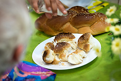 15 March 2019, Jerusalem: Rabbi Tamara Schagas sprinkles salt over the Shabbat bread, as a symbol of remembrance of the sacrifices that were once part of the Shabbat ritual. On 15 March, a group of Ecumenical accompaniers from the World Council of Churches were invited to share Shabbat dinner with the Kol HaNeshama congregation in Jerusalem. Kol HaNeshama is a reformed Jewish congregation of 350 families in Jerusalem, and one that works actively to be a focal point for Jewish pluralism and social action in the area.