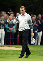 Photograph: Scott Heavey<br />Volvo PGA Championship At Wentworth Club. 23/05/2003.<br />Ernie Els applauds the crowd on the 18th.