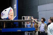 Bezoekers aan de windtunnel bekijken de VeloX2. Op de TU Delft wordt de VeloX2 getest in de windtunnel. Met de VeloX2 wil het Human Powered Team Delft en Amsterdam, bestaande uit studenten van de TU Delft en de VU Amsterdam, het werelduurrecord en het sprint record gaan breken.<br /> <br /> Visitors of the wind tunnel are looking at the VeloX2. The VeloX2 is tested on aerodynamics at the wind tunnel of TU Delft. With the VeloX2 the Human Powered Team Delft and Amsterdam are trying to break the speed records for human powered vehicles.