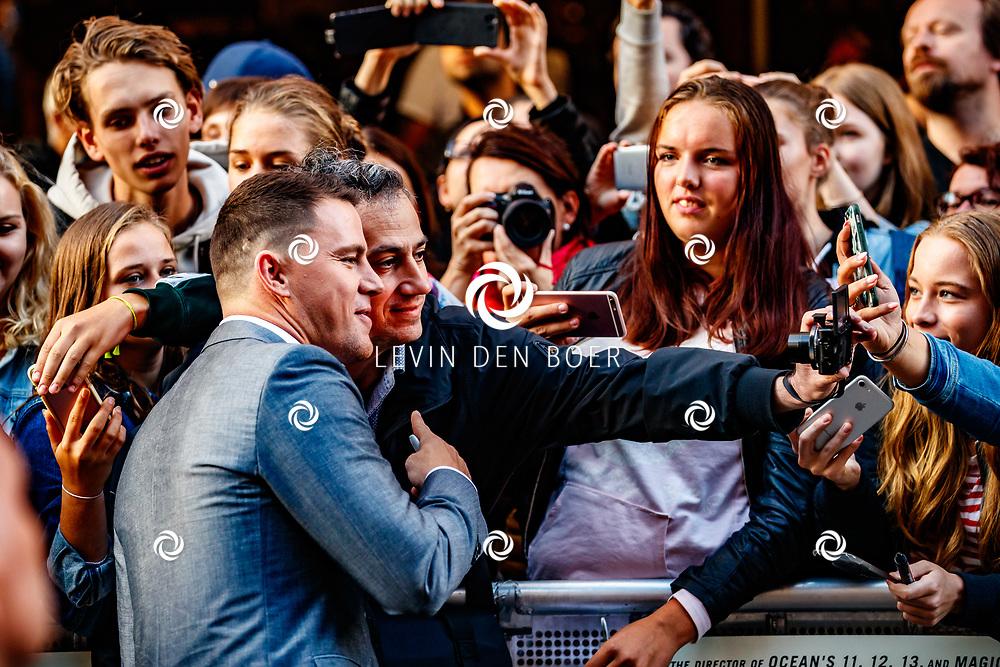 AMSTERDAM - In Theater Tuschinski is de première van Logan Lucky. Met hier op de foto Channing Tatum met zijn fans. FOTO LEVIN & PAULA PHOTOGRAPHY VOF