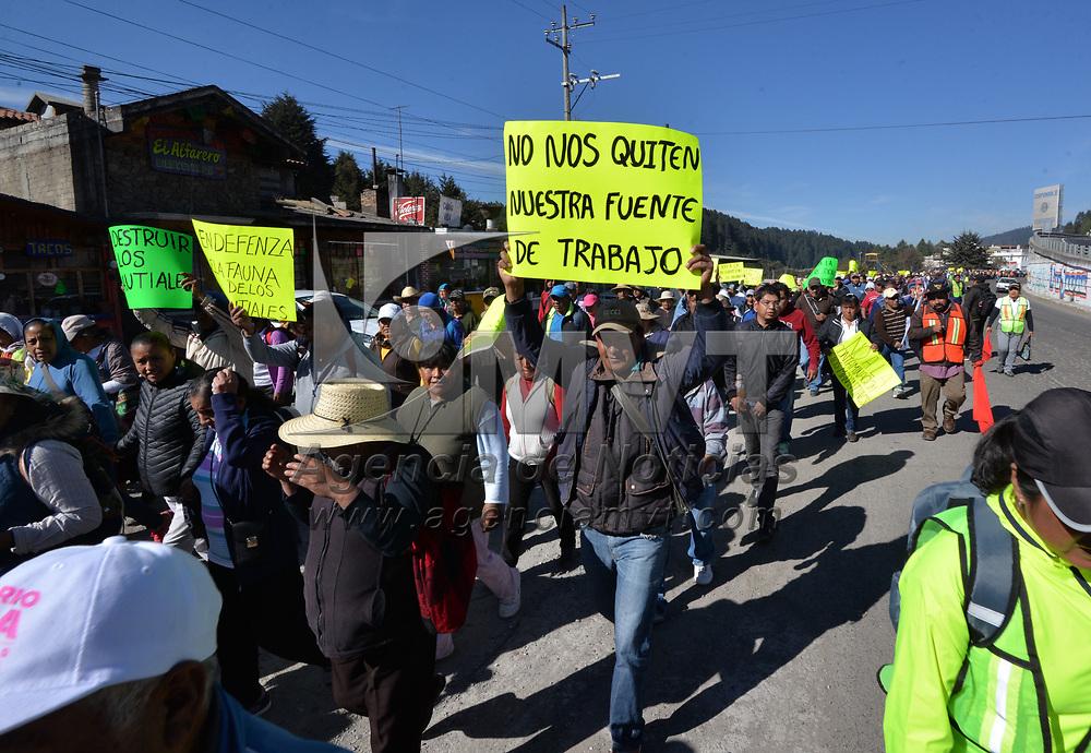 OCOYOACAC, México.- (Febrero 12, 2018).- Comuneros de San Jerónimo Acazulco marcharon sobre la carretera libre México-Toluca con destino a la ciudad de México, manifestándose contra los presuntos daños ambientales causados por la obra del Tren Interurbano, asó como violaciones a sus derechos humanos. Agencia MVT / Crisanta Espinosa.