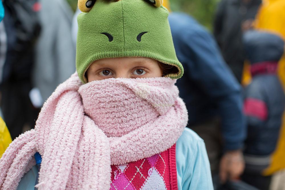 SERBIEN, Grenzstadt Berkasovo, Stadtgebiet von Šid. 08.10.2015 / Fluechtlinge an der serbisch-kroatischen Grenze: Ein Kind wartet auf den Grenzuebertritt, im eisigen Herbstwind. Die kroatische Grenze, und damit die EU-Aussengrenze, ist nur noch 100 Meter entfernt. Der Grenzuebertritt erfolgt zu Fuss und in Gruppen zu etwa 50 Personen.