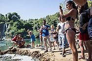 Juillet 2016. Bosnie-Herzégovine. Bosnie-Herzégovine : Nouvel Eldorado pour les touristes des Etats du Golfe ?. Journée passée avec 3 touristes venus d'Oman : Khalil 27 ans (tee-shirt blanc), Saiid 32 ans (tee-shirt noir et maillot de bain) et Ahmed 35 ans (tee-shirt blanc). Chutes de Kravice, l'un des plus beaux endroits naturels de Bosnie.