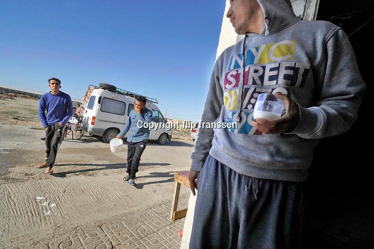 Spanje, El Ejido, 8-11-2019 Een groep Marokkaanse arbeidsmigranten woont in een klein huisje tussen de plastic kassen, voorheen boeren arbeiderswoningen. Hier verblijven 13 man (!). Enkele slapen op schappen aan de muur.  Sommigen hebben een arbeidsvergunning die pas na drie jaar aangebraagd kan worden, anderen zijn tot die tijd illegale, immigranten .In dit deel van Andalucie worden veel groenten en fruit verbouwd die hun weg vinden via de export naar o.a. Nederland . Het wordt de zee van plastic genoemd omdat de kassen opgebouwd zijn van houten of metalen palen bedekt met zwaar plastic. In de kassen werken voornamelijk migranten uit Afrika, en arbeidsmigranten uit Oost-Europa die een laag loon uitbetaald krijgen, tussen de 30 en 40 euro per 8 urige dag, werkdag, afhankelijk van de werkgever.Foto: Flip Franssen