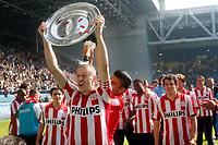 Fotball<br /> Nederland<br /> Foto: ProShots/Digitalsport<br /> NORWAY ONLY<br /> <br /> seizoen 2007 / 2008 , arnhem , eredivisie , 20-04-2008 , vitesse - psv , salcido leegt de champagne op het hoofd van timmy simons