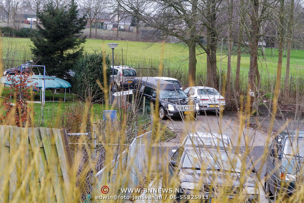 NLD/Fijnaart/20150110 - Uitvaart Chris Bauer, rouwstoet rijd langs de woonwagen