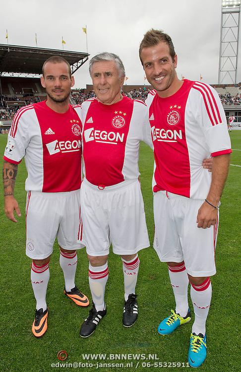 Amsterdam, 03-07-2013. Oud-Ajaxied Sjaak Swart wordt 75 jaar en krijgt een jubileumwedstrijd in het Olympisch Stadion te Amsterdam. Vele oud-Ajax gedienden waren uitgenodigd. Mr. Ajax - Sjaak Swart maakte deel uit van oud-Ajax elftal. Foto: Wesley Sneijder; Sjaak Sart en Rafael van der Vaart.