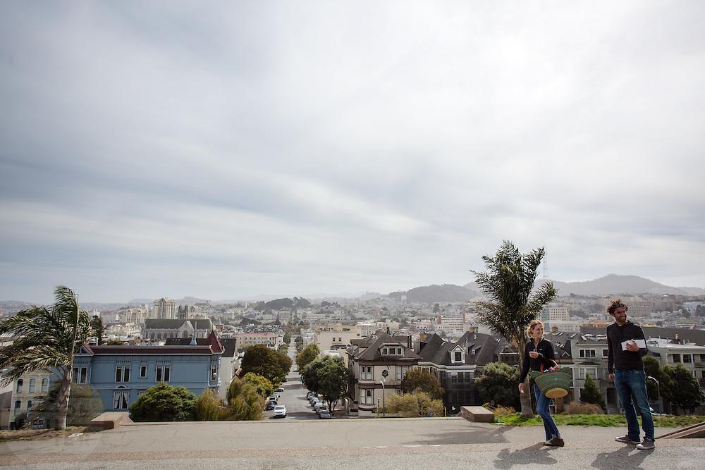 Een stel loopt door het Alta Plaza Park in San Francisco. De Amerikaanse stad San Francisco aan de westkust is een van de grootste steden in Amerika en kenmerkt zich door de steile heuvels in de stad.<br /> <br /> A couple walks at the Alta Plaza Park in San Francisco. The US city of San Francisco on the west coast is one of the largest cities in America and is characterized by the steep hills in the city.