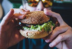 THEMENBILD - ein Mann hält einen Burger in seinen Händen, aufgenommen am 24. Mai 2020 in Kaprun, Oesterreich // a man holding a burger in his hands, in Kaprun, Austria on 2020/05/24. EXPA Pictures © 2020, PhotoCredit: EXPA/Stefanie Oberhauser