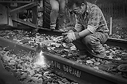 Kapar spåret med skärbrännare vid en växelläggning