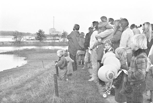 Nederland, Deest, 10-11-1981Anti Kernenergie demonstratie aan de dijk tegenover de kerncentrale van Dodewaard aan de overkant van de Waal .Foto: Flip Franssen