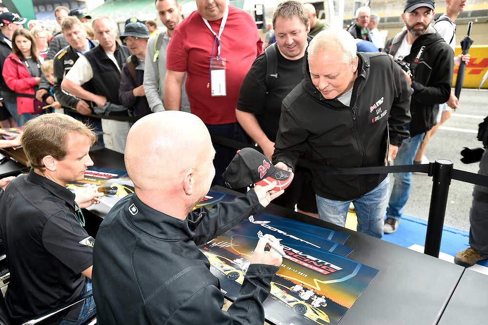 #63 Corvette Racing Chevrolet Corvette C7.R: Jan Magnussen, autograph session<br /> Tuesday 12 June 2018<br /> 24 Hours of Le Mans<br /> Verizon IndyCar Series<br /> Circuit de la Sarthe  FR<br /> World Copyright: Scott R LePage<br /> LAT Images