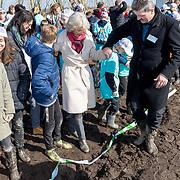 NLD/Blauwe Stad/20180314 - Boomfeestdag 2018, planten van een boom door Albert Verlinde enPr.Irene