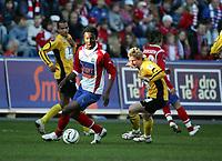 Fotball, 24. april 2005, Tippeligaen, Lyn - Start 1-1,  Mikel John Obi, Lyn, og Fredrik Strømstad, Start