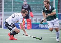 AMSTELVEEN - Jeroen Hertzberger (a) (Rotterdam) passeert Bram Huijbregts (Amsterdam) tijdens de competitie hoofdklasse hockeywedstrijd heren, Amsterdam -Rotterdam (2-0) .  COPYRIGHT KOEN SUYK