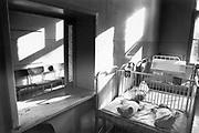 Roemenie, Oradea, 16-2-1990Kraamkliniek. Twee maanden eerder, december 1989, 12-1989, vond in Roemenie de revolutie, opstand, omwenteling, revolte tegen het bewind van communist en dictator Ceausescu begon. Communisme in Oost Europa hield op te bestaan en op veel gebieden waren de omstandigheden verbijsterend slecht en ouderwets.Foto: Flip Franssen/Hollandse Hoogte