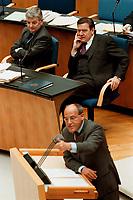 """15.04.1999, Deutschland/Bonn:<br /> Joschka Fischer, B90/Grüne, Bundesaußenminister, und Gerhard Schröder, SPD, Bundeskanzler, während der Rede von Gregor Gysi, PDS Fraktionsvorsitzender, Debatte zur Regierungserklärung """"Aktuelle Lage im Kosovo"""" Deutschen Bundestag, Bonn<br /> IMAGE: 19990415-01/03-35<br /> KEYWORDS: Gerhard Schroeder"""