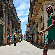 The mid day activity in the streets of la Habana Vieja