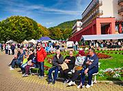 Krynica-Zdrój 29-09-2019. Miasto w województwie małopolskim, w powiecie nowosądeckim. Kuracjusze wypoczywający na Deptaku.