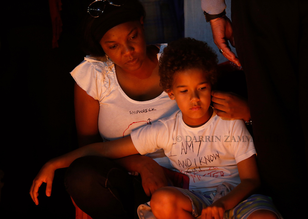 A migrant and her child take part in a candlelight vigil to commemorate migrants who died at sea in Sliema, outside Valletta, April 22, 2015. European Union leaders who decided last year to halt the rescue of migrants trying to cross the Mediterranean will reverse their decision on Thursday at a summit hastily convened after nearly 2,000 people died at sea.  Public outrage over the deaths peaked this week after up to 900 migrants died last Sunday when their boat sank on its way to Europe from Libya. <br /> REUTERS/Darrin Zammit Lupi MALTA OUT. NO COMMERCIAL OR EDITORIAL SALES IN MALTA