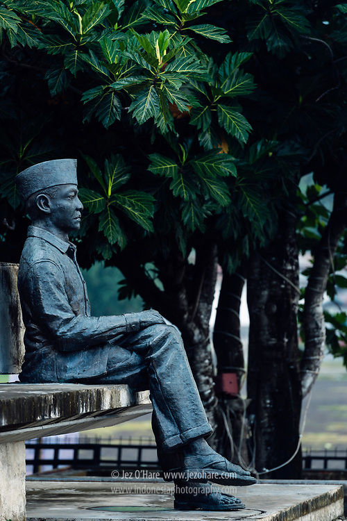 Monumen Bung Karno dan pohon sukun bercabang lima, Kota Ende, Flores, Nusa Tenggara Timur, Indonesia