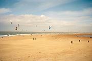 Kitesurfers op het Noordzeestrand, Brouwersdam, Goeree Overflakkee.