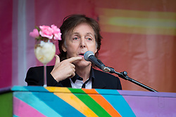 © licensed to London News Pictures. London, UK 18/10/2013. Sir Paul McCartney playing at a surprise gig in Covent Garden, London at lunchtime on Friday, 18 October 2013. Photo credit: Tolga Akmen/LNP