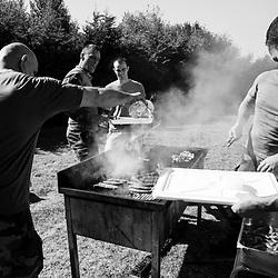 mercredi 7 septembre 2016, 12h07, Roissy-en-France. Militaires en repos du 3ème Régiment Parachutiste d'Infanterie de Marine réalisant un barbecue pour fêter les anniversaires de trois des leurs.
