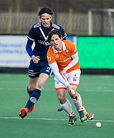 BLOEMENDAAL -   Wouter Jolie (Bldaal) met Miles Bukkens (Pinoke)  .oefenwedstrijd hockey heren, Bloemendaal H1- Pinoke H1 (3-2).  COPYRIGHT KOEN SUYK