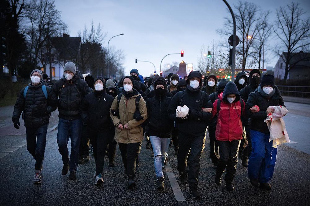 Mehrere hundert Menschen protestieren auf einer Kundgebung des Berliner Bündnisses gegen Abschiebungen am Flughafen Berlin-Brandenburg BER gegen eine geplante Sammelabschiebung nach Afghanistan. Neben der angemeldeten Kundgebung finden auch Aktionen des zivilen Ungehorsams statt. Aktivisten blockieren ein Gebäude des Abschiebegefängnisses auf dem Flughafengelände und die Mittelstraße. Vor dem Abflug laufen die Demonstranten direkt zum Zaun am Terminal 5, vor dem sie von der Polizei mit Pfefferspray gestoppt werden. Trotz Protesten und Blockadversuchen startet der Charterflug nach Kabul gegen 21:30 Uhr. Demonstranten laufen Richtung Flughafen. Schönefeld, Deutschland, 07.04.2021.<br /> <br /> [© Christian Mang - Veroeffentlichung nur gg. Honorar (zzgl. MwSt.), Urhebervermerk und Beleg. Nur für redaktionelle Nutzung - Publication only with licence fee payment, copyright notice and voucher copy. For editorial use only - No model release. No property release. Kontakt: mail@christianmang.com.]