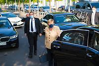 DEU, Deutschland, Germany, Berlin, 07.09.2021: Bundeskanzlerin Dr. Angela Merkel (CDU) an der Tür ihres Dienstwagens bei der Ankunft am Deutschen Bundestag. Im Hintergrund Personenschützer.