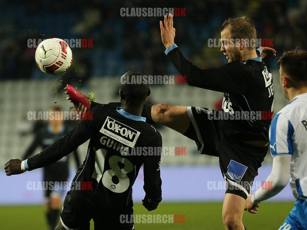 Daniel Jensen (SønderjyskE) sparker væk.