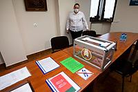 Bialystok, 04.08.2020. Poczatek przedterminowego glosowania w wyborach prezydenckich na Bialorusi w Konsulacie Generalnym Republiki Bialorus w Bialymstoku. Przedterminowe glosowanie w wyborach prezydenckich na Bialorusi rozpoczelo sie dzis (wtorek) i potrwa do soboty. Wlasciwym dniem wyborow prezydenckich jest niedziela 9 sierpnia. Opozycja apeluje do wyborcow, by nie glosowali przed tym dniem, poniewaz wczesniejsze glosowanie umozliwia falszerstwa. N/z komisja wyborcza fot Michal Kosc / AGENCJA WSCHOD