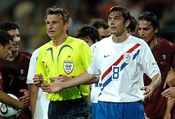 25-06-2006 VOETBAL: FIFA WORLD CUP: NEDERLAND - PORTUGAL: NURNBERG<br /> Oranje verliest in een beladen duel met 1-0 van Portugal en is uitgeschakeld / COCU Phillip geeft aan dat het een elleboog was<br /> ©2006-WWW.FOTOHOOGENDOORN.NL